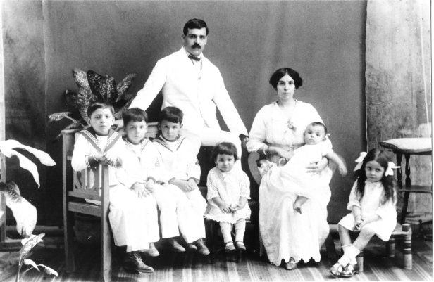 Aristides_and_Angelina_de_Sousa_Mendes_with_their_first_six_children,_1917 (1)