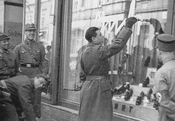 The shoeshop Graubart 1938 in Innsbruck being vandalized by Nazis (© Innsbrucker Stadtarchiv)