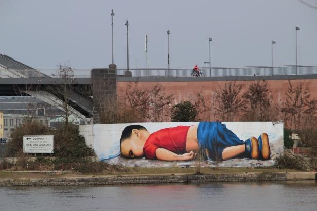 Aylan Kurdi, Graffiti in Frankfurt.jpg